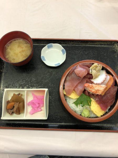 500円の大盛り海鮮丼